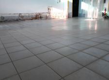 Posadzkę Ucrete UD 200 położono bezpośrednio na oczyszczone płytki podłogowe , ściany oraz odboje betonowe obłożono materiałem Ucrete RG